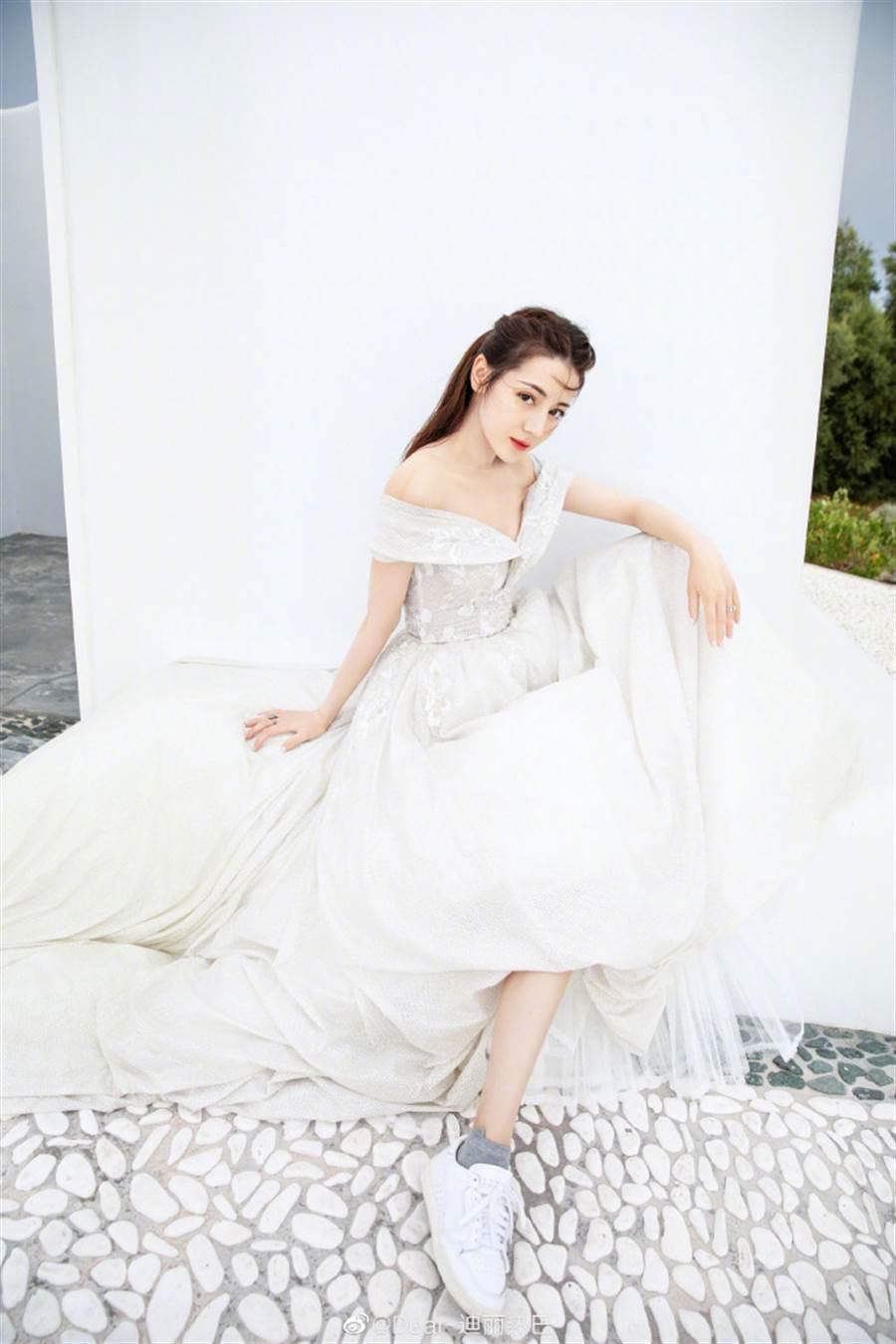 迪麗熱巴一拉白紗裙擺,露出的竟是一雙白色球鞋。(圖/取材自迪麗熱巴微博)