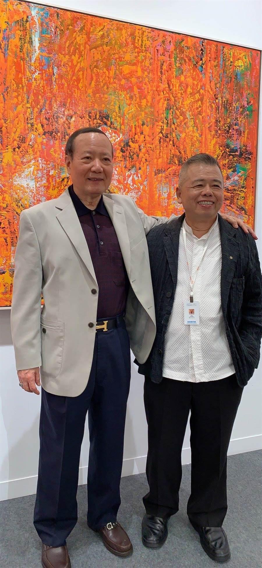 成為專職藝術創作家的謝義錩老師(右一)也受邀參與展出個展。(台北世貿中心提供/游念育台北傳真)