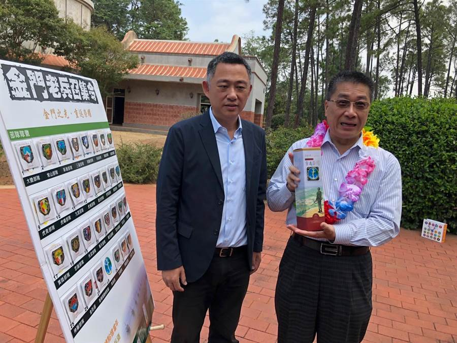 徐國勇部長自金門縣長楊鎮浯(左)手中拿到活動紀念酒,表示要放在書櫃好好珍藏。(李金生攝)