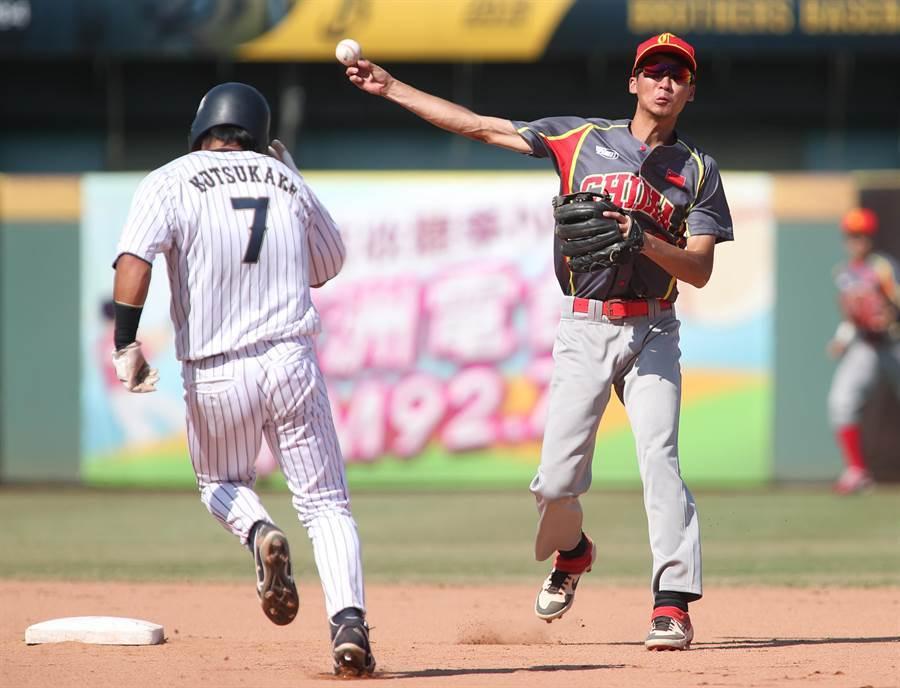 棒球亞錦賽18日複賽中國對日本之戰,中國隊游擊手楊晉6局下在二壘接球刺殺日本隊跑者後,再快傳一壘製造雙殺。(鄭任南攝)
