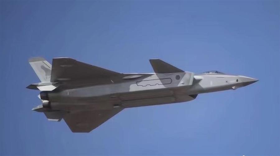 展示飛行中的殲-20將機腹外掛的霹靂-10導彈與掛架全部收入側彈倉內。(圖/新浪軍事)