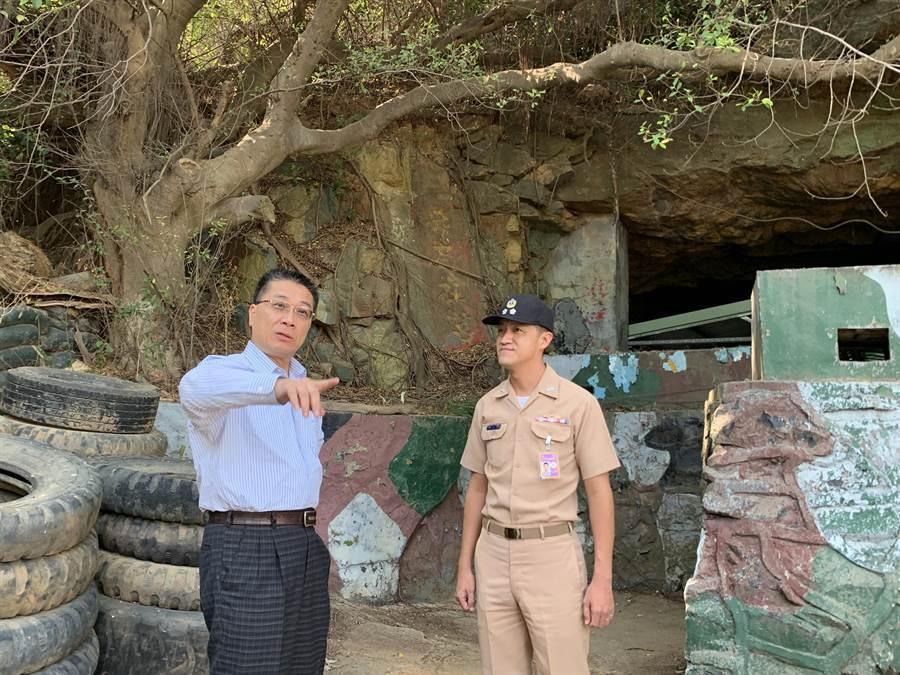 徐國勇重返昔日駐守的水頭小艇營區(金鯨坑道),40年前往事歷歷在目。(李金生攝)