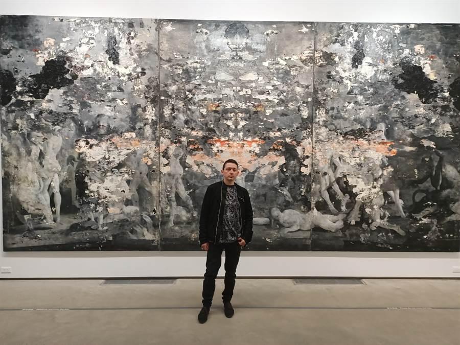 義大利當代寫實藝術家尼古拉.薩莫利展出《食人之道》。(張晉銘攝)