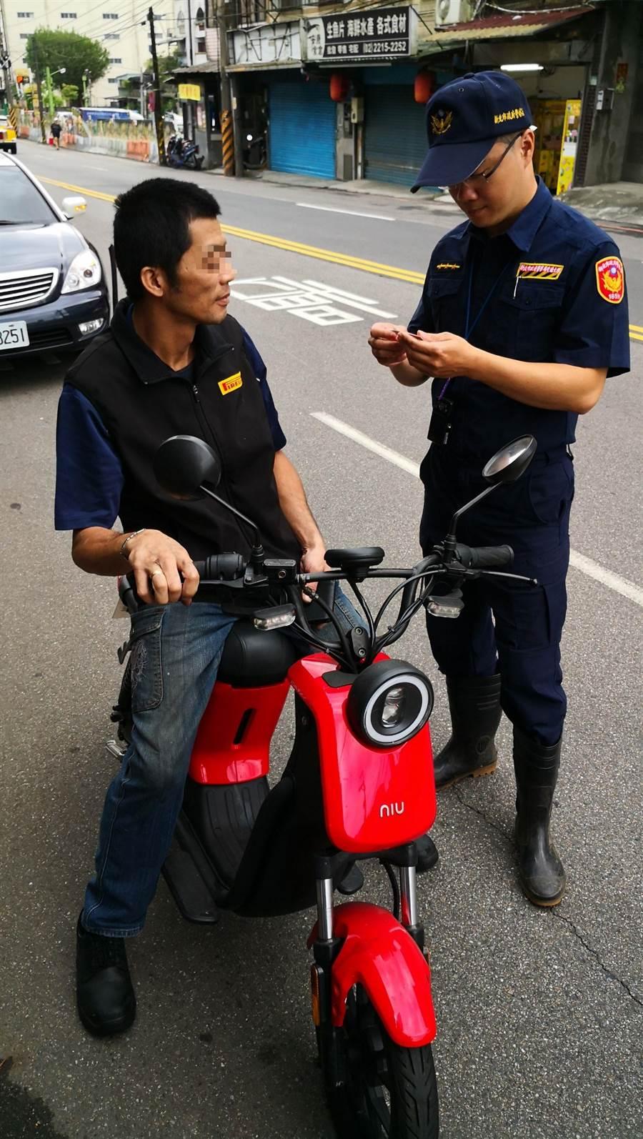 新北市新店警分局介紹簡單口訣 ,除了可以確保駕駛人與用路人的安全以外,還能避免受罰。(新店警分局提供/葉書宏新北報導)