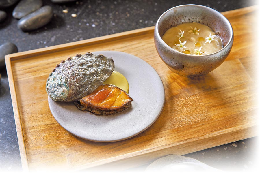Aisha講究食材的季節性,圖為客座料理中的「官田菱角,台灣九孔鮑魚,香油,烏醋」。(Chefs Club Taipei提供)