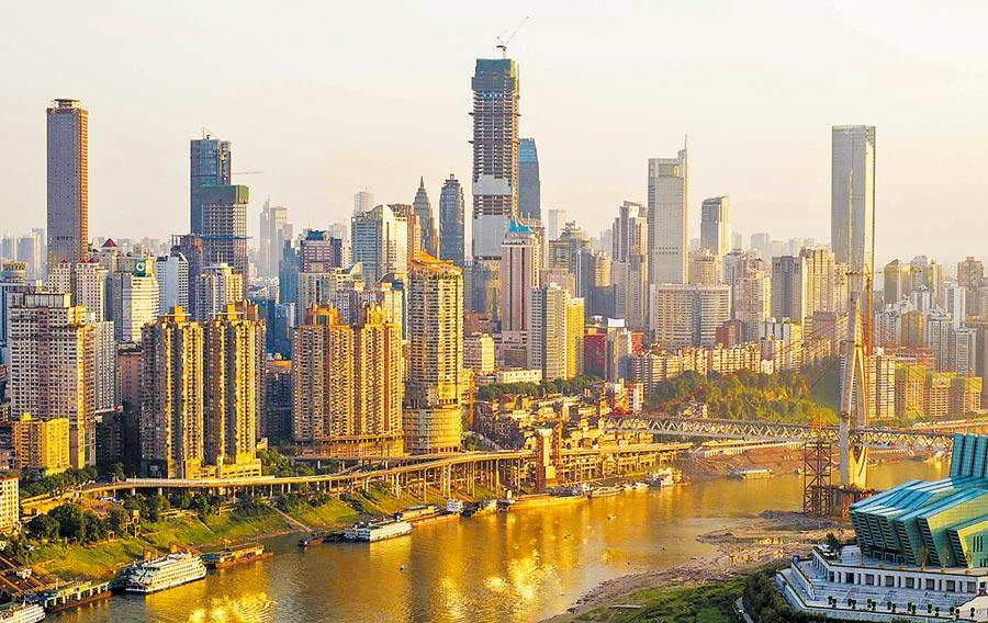 重慶環球金融中心,位於解放碑核心商圈,為重慶打造長江上游金融中心的地標性建築。(新華社資料照片)