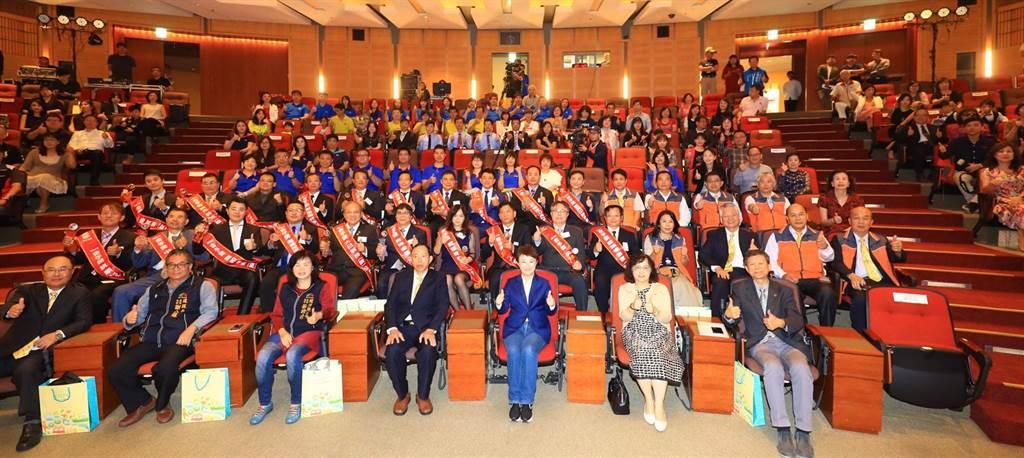 台中市長盧秀燕表揚20家獲獎中小企業,肯定在座「經營之神」從無到有經營企業,為台中奮鬥努力,都是城市之光。(陳世宗攝)