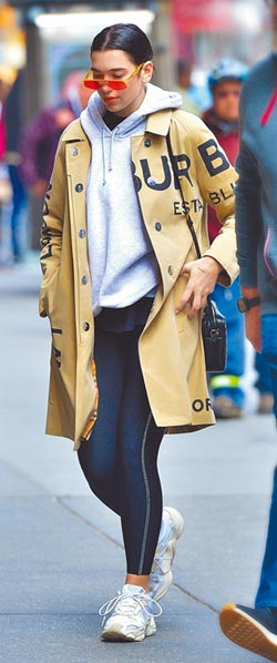 雨天穿风衣展现伦敦时尚