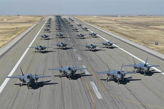 美國空軍388與419的F-35戰機聯隊2018年11月19日以大象漫步的姿態,在猶他州希爾空軍基地展現已具備強大的戰鬥力,來對付空中與地面目標。(美國空軍)