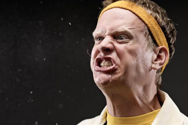 誇張!外送員因不滿客戶要求他將餐點送至樓上,他瞬間氣炸,怒往客人的餐點裡吐口水。(示意圖/shutterstock)