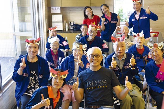 清福院長陳意千(前排中)期望有趣的運動讓老選手快樂復能。圖/清福養老院提供