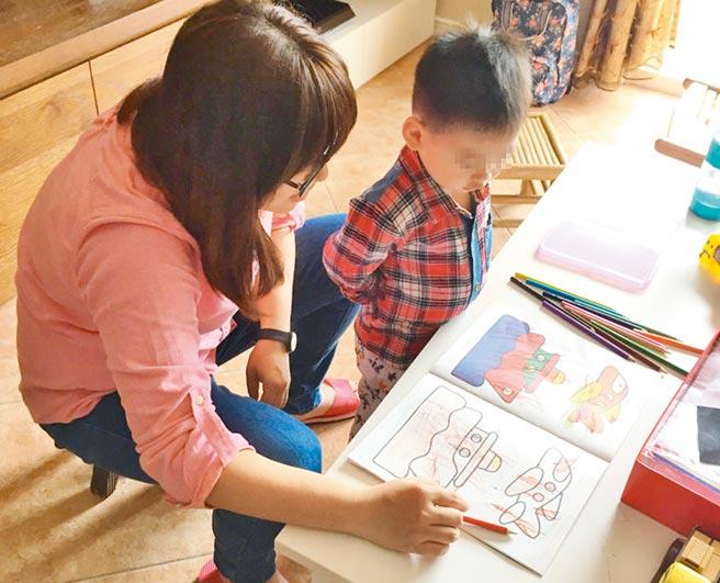 社工訪視關懷接受安置的兒童。(家扶基金會提供/林周義台北傳真)