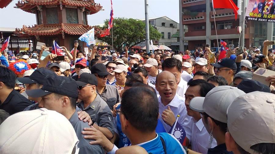 韓國瑜19日上午到新營太子宮參拜,支持民眾將廟埕擠得水洩不通。(莊曜聰攝)