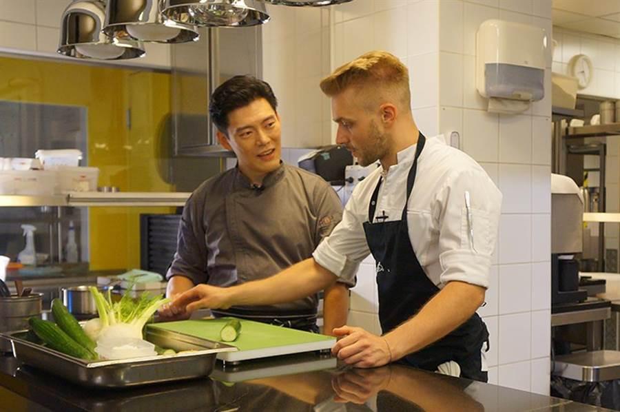 王凱傑與匈牙利一星Babel餐廳主廚Istvan Veres互相交流廚藝。(圖/亞洲旅遊台提供)