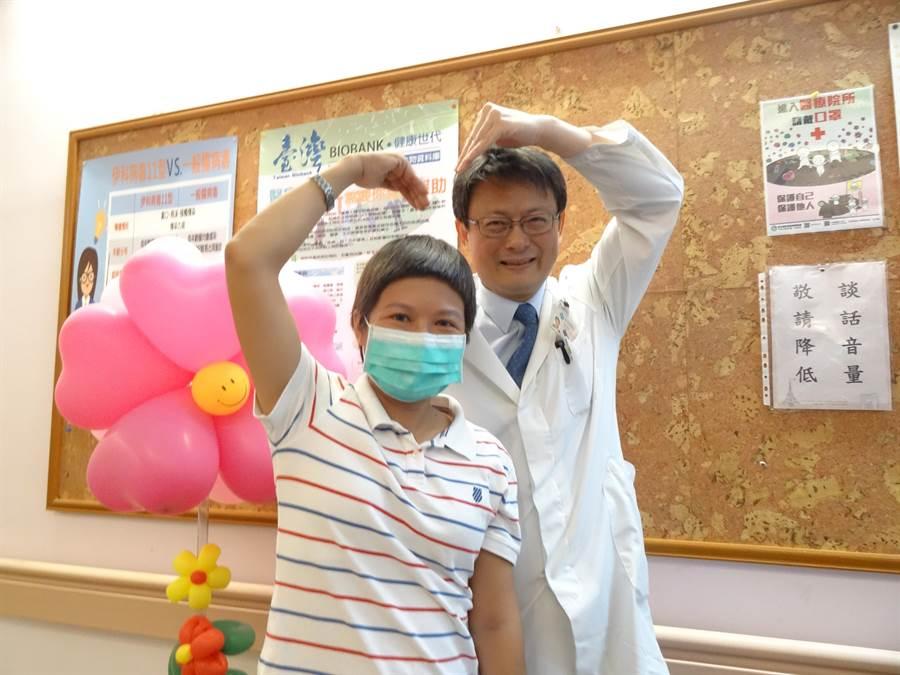 42歲的卵巢癌病友陳小姐(左)現身台中榮總卵巢癌友「真愛關懷病友會」,感謝台中榮總婦科主任呂建興(右)為她保留一線生機,順利結婚生子,也鼓勵病友:相信醫師、好好治療。(馮惠宜攝)