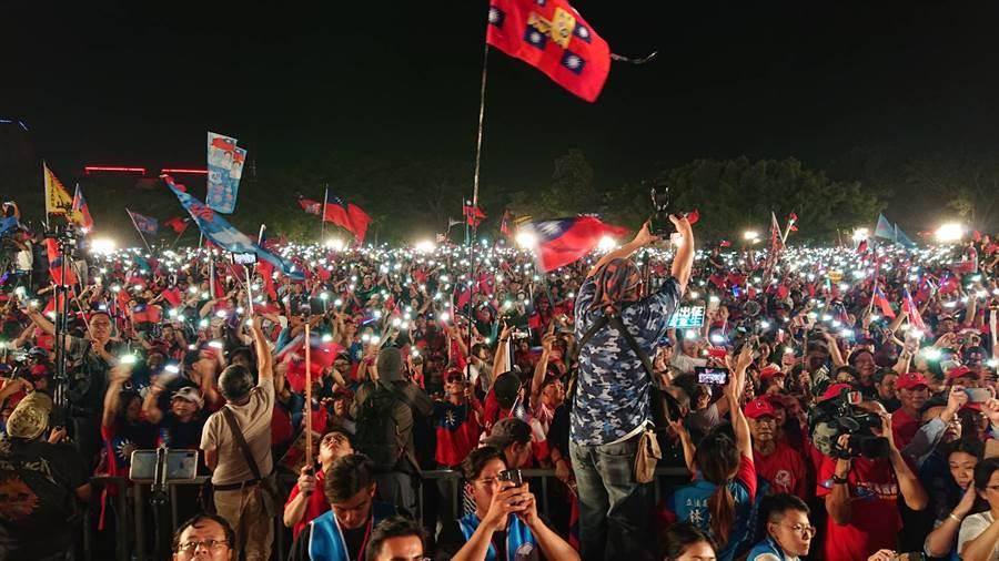 國民黨總統參選人韓國瑜19日晚上在台南舉行與立委參選人聯合造勢,主辦單位宣布有10萬人參加。(資料照片 程炳璋攝)