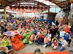 小青蛙劇團基隆公演 逾五百位親子塞爆土地公廟