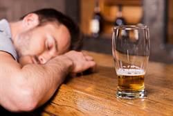 機師醉倒遭空少撿屍 酒醒後好崩潰