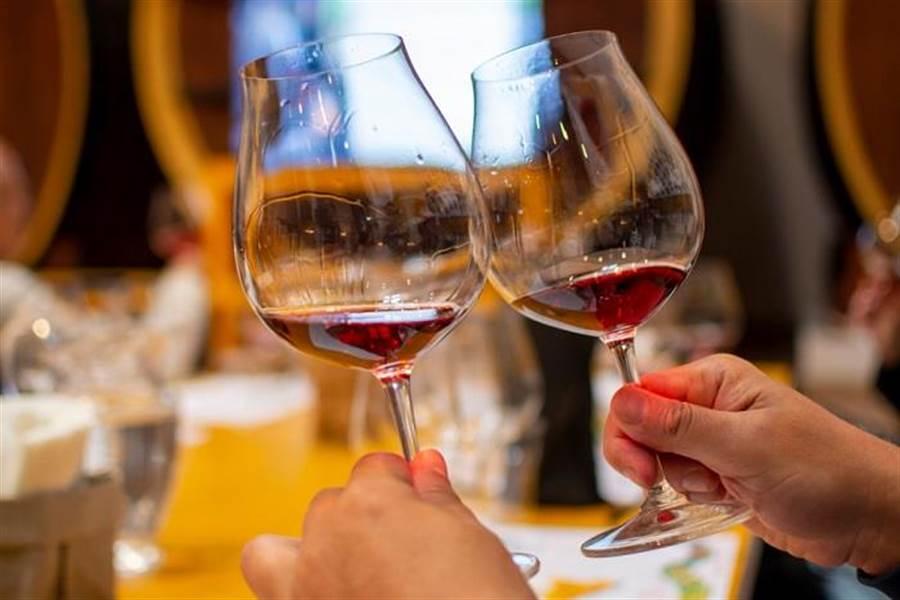 酒精是明確的一級致癌物,能少碰就少碰。(達志影像/shutterstock)