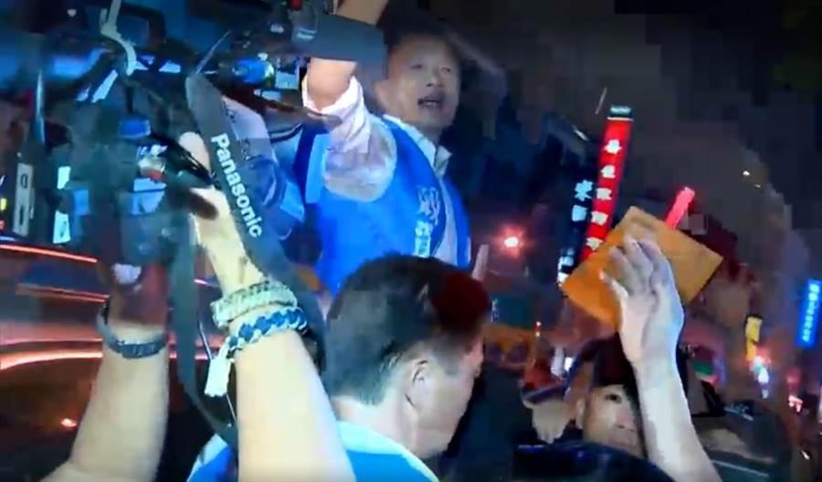 國民黨總統參選人韓國瑜19日搭車離去前遭人丟擲雞蛋,但未擊中他本人,反而集中賴姓護衛隊成員。(翻攝照片/程炳璋台南傳真)