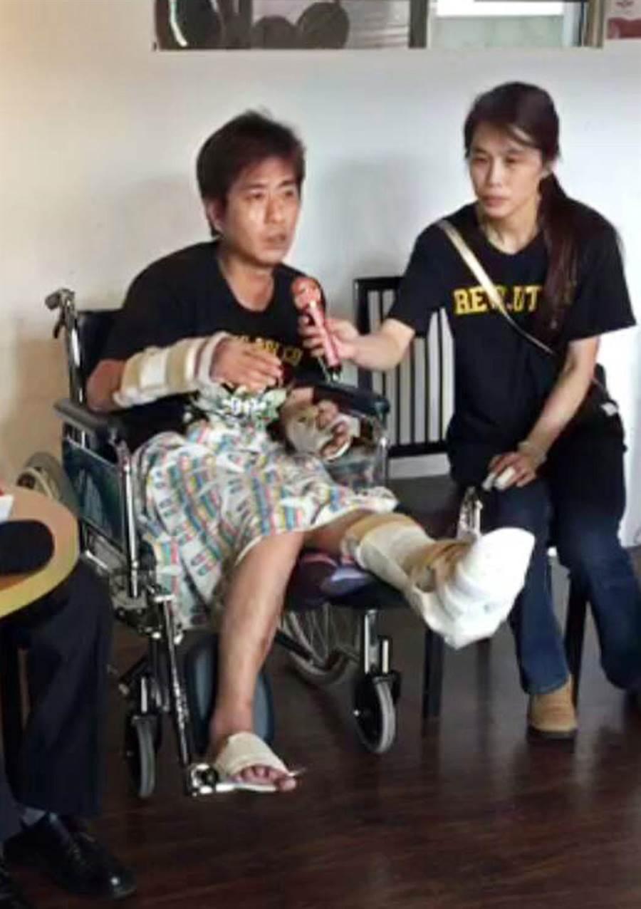 直播主吳小哲(左)傷後露面,直言「差點活不了」。(翻攝畫面/林和生屏東傳真)