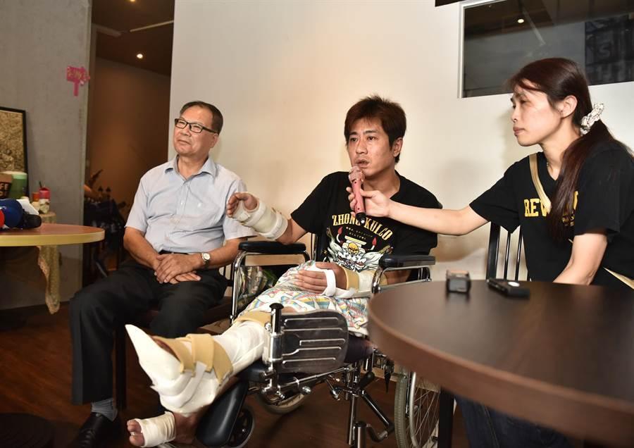 知名直播主吳小哲(中)20日坐著輪椅,說明當天被打情形。(林瑞益攝)
