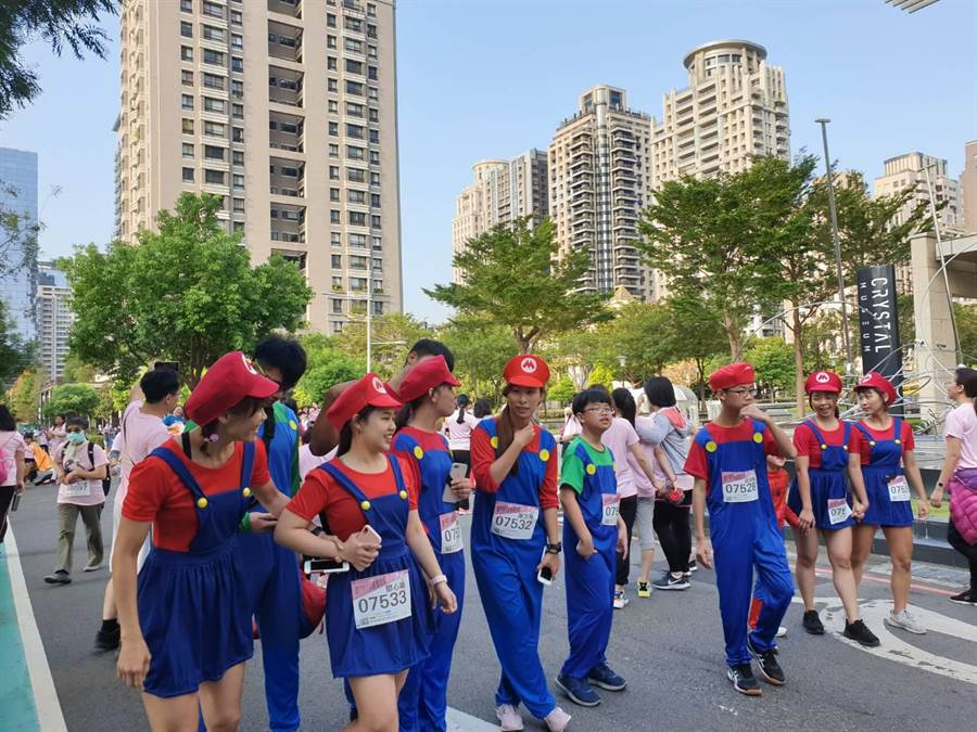 :「第4屆台中城市半程馬拉松」今年新增搞怪組,不少跑著精心打扮出席。(馮惠宜攝)