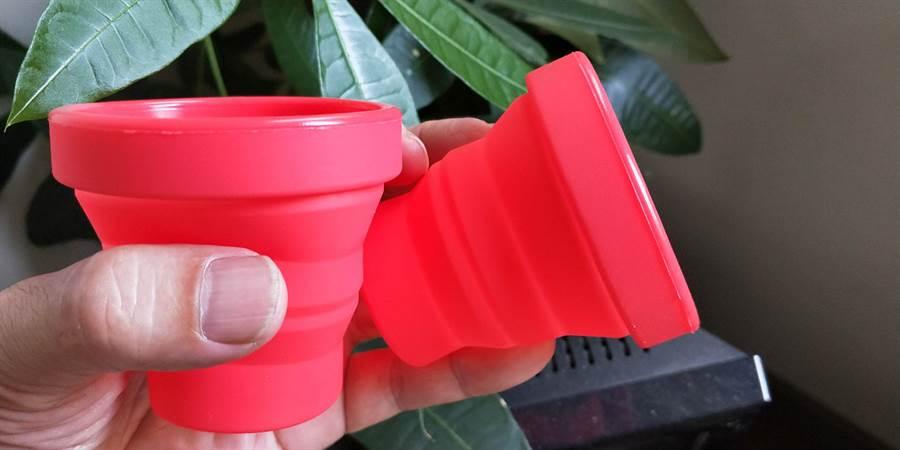 「第4屆台中城市半程馬拉松」20日開跑,活動鼓勵重複使用環保摺疊杯或是一杯到底,預計可減少10萬個塑膠杯的使用量。(馮惠宜攝)