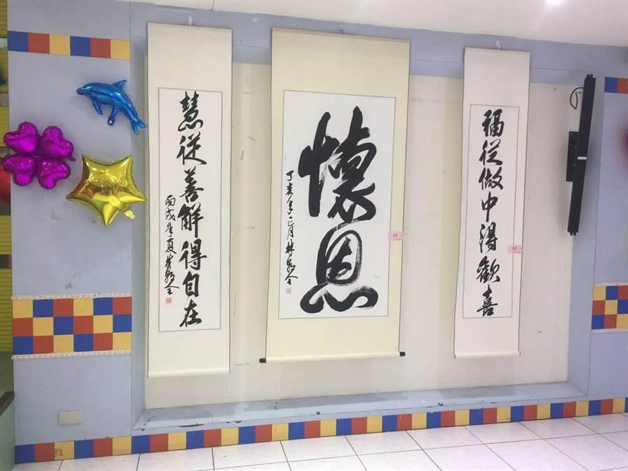 郵局退休員工林朝全捐贈字畫,希望幫助更多清寒學生。(游念育攝)