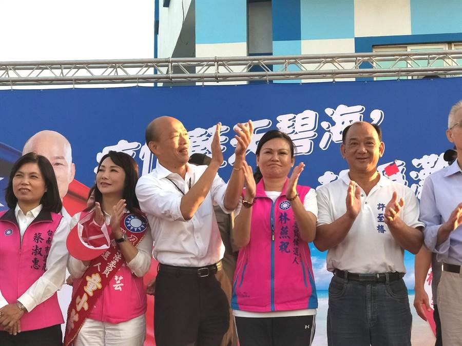 國民黨總統參選人韓國瑜啟動傾聽之旅後,首度號召支持者到台南市南區黃金海岸淨灘做公益。(洪榮志攝)