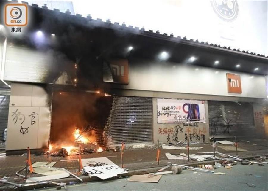 小米位於旺角的店面遭縱火(圖/東網)
