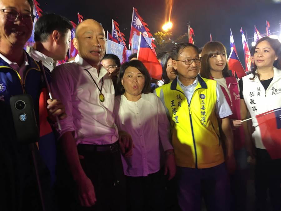 國民黨總統參選人韓國瑜(左二)到嘉義市與立委參選人傅大偉(右二)合體造勢。(張亦惠攝)