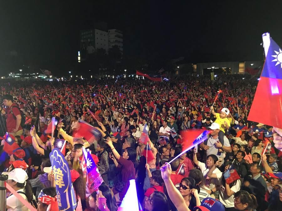 國民黨總統參選人韓國瑜到嘉義市造勢,人潮爆滿,國旗滿場飛揚。(廖素慧攝)