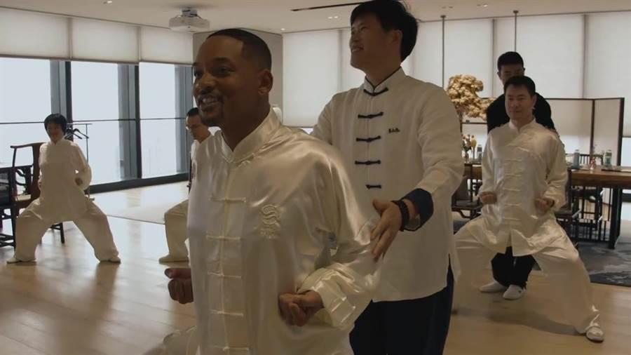 威爾史密斯在上海學習太極拳。(取自微博)