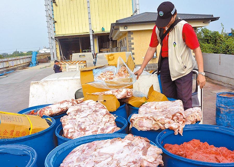 衛生及檢警當時搜索沈永選牧場,一輛剛從賣場運回的過期食品當場被查扣。(翻攝畫面/林和生屏東傳真)
