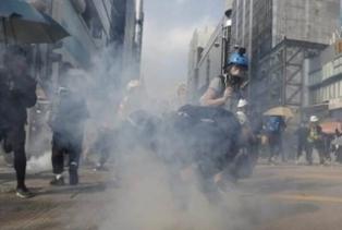 警旺角發多枚催淚彈 示威者擲汽油彈還擊
