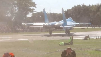 當心衝擊波!Su-27尾氣吹翻整備員