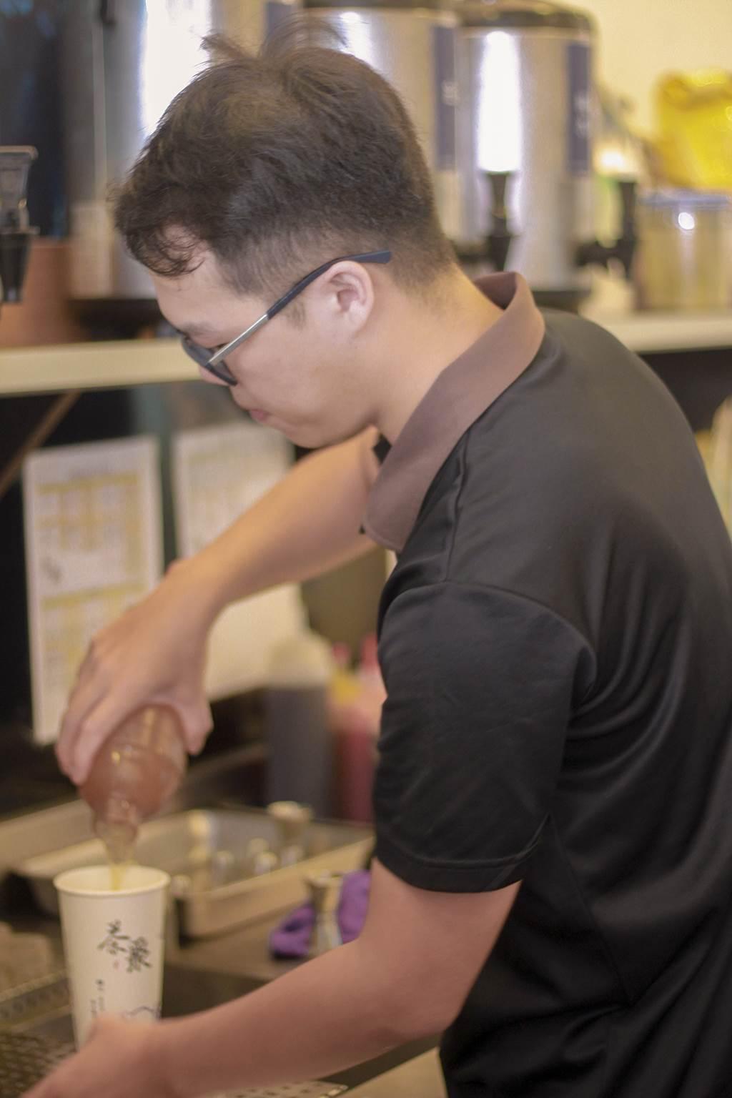 鄭先生親自為客人調製手搖茶。(圖/業者提供)