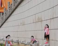 媽叫女上中正紀念堂「龍頭」網爆氣