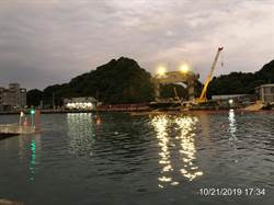 港務公司:南方澳大橋 橋面版吊離順利