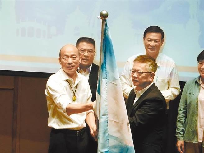 國民黨總統參選人韓國瑜20日在台南發表觀光立國政策,宣布未來將設立「觀光部」,迎八方之客,並授旗觀光後援會。(資料照,曹婷婷攝)