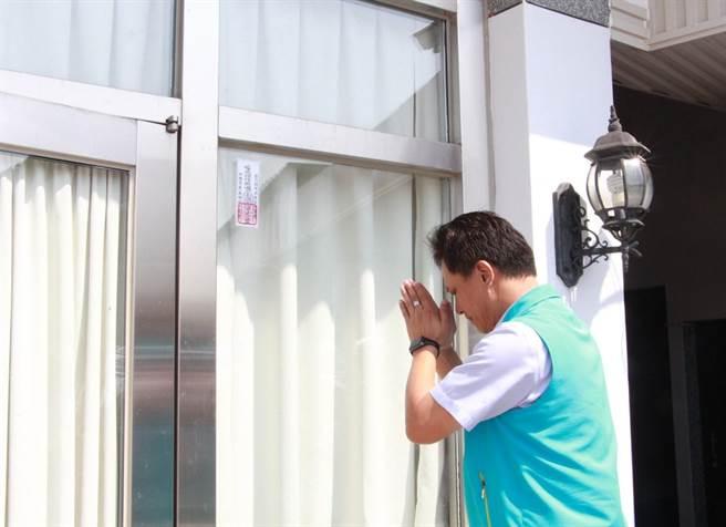 苗栗市長邱鎮軍張貼過爐後的平安符於研習教室入口,祈福活動順利平安。(何冠嫻攝)