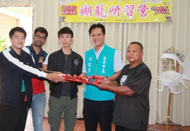 糊龍師傅賴文雄(右一)有30年經驗,將指導50位國內外學員,製作並體驗糊龍工藝之美。(何冠嫻攝)