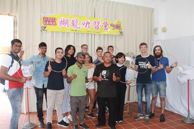今年糊龍研習營21日展開,將糊龍工藝之美推向國際。(何冠嫻攝)