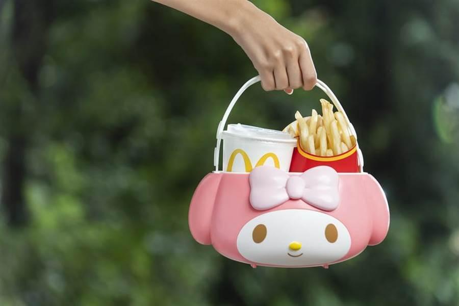 (台灣麥當勞自23日起推出「美樂蒂萬用置物籃」,可愛的把手,提供顧客多種使用方式,其中「手提」外出踏青或逛街都能超萌拎著走。圖/台灣麥當勞)