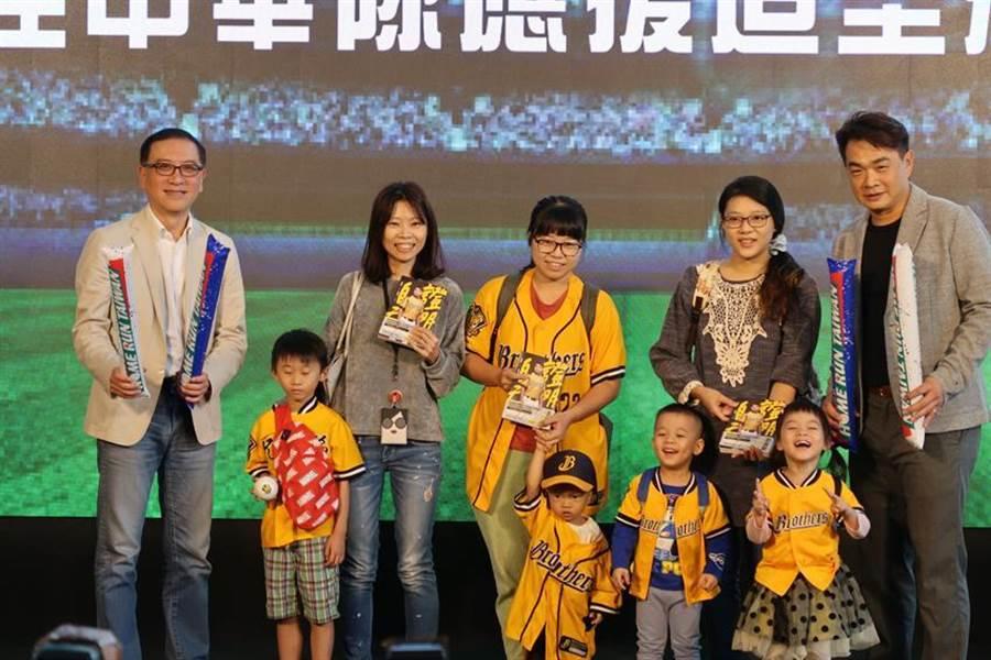 台灣隊長「恰恰」彭政閔21日現身中信南港總部的品牌形象影片首映,吸引500名球迷,他也親自挑選出造型最吸睛的三位球迷,送出他個人親筆簽名的新書。(魏喬怡攝)