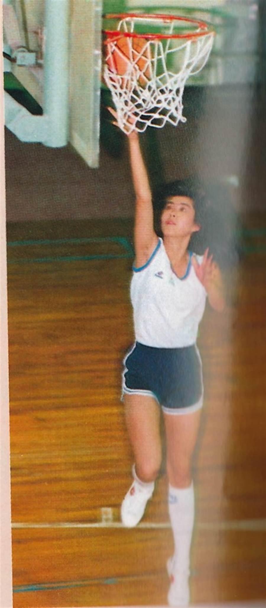 王祖賢上籃姿勢完美。(圖/取自「籃球紙箱」臉書)