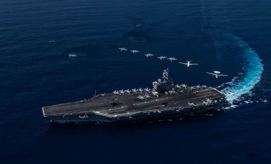 美國「雷根」號(USS Ronald Reagan,CVN76)航母10月9日航行南海,艦載機在上空形成編隊飛行。(美國海軍)