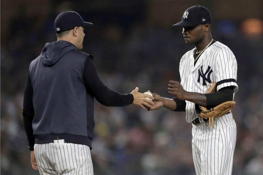 洋基總教練波恩(左)把先發投手哲曼換下場。(美聯社資料照)