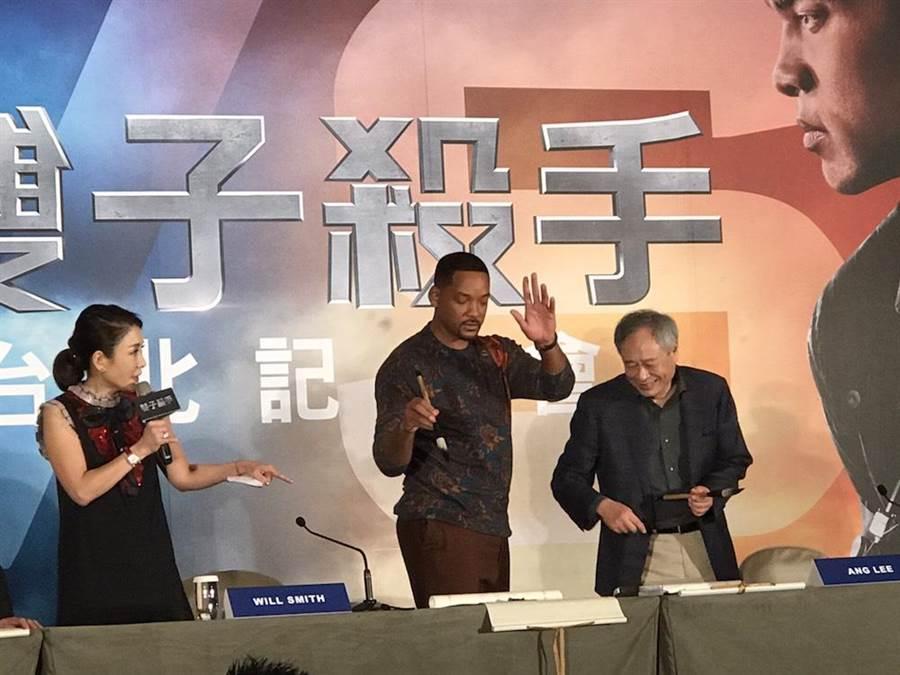 威爾史密斯(右2起)、李安、與製片傑瑞布洛克海默在記者會上揮毫。(潘鈺楨攝)